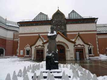 Exterior of State Tretyakov Gallery with sculpture of Founder